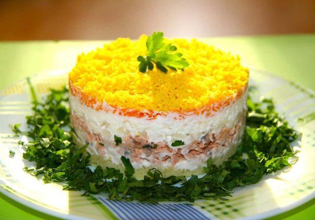Как приготовить слоеный салат. Несколько простых рецептов