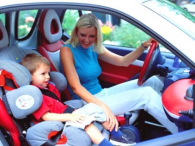 устанавливаем автокресло в машину
