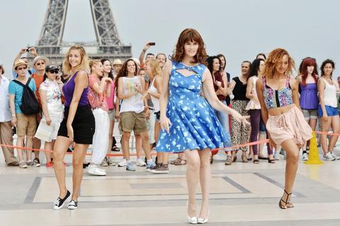 «Красотки в Париже» представляет собой захватывающую женскую комедию, которая показывает истории одиннадцати падких на приключения женщин