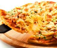 Пицца с курицей и ананасами